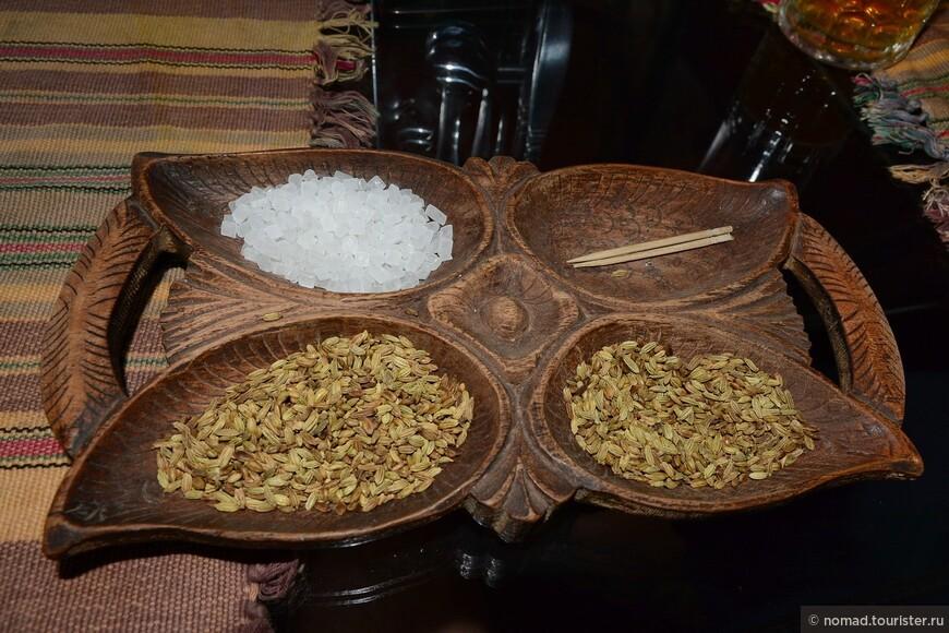 Такую закуску нам принесли после очередной порции момов. Тмин и крупно-кристаллический сахар - очень интересное сочетание! Да и подносик не плохой... ))