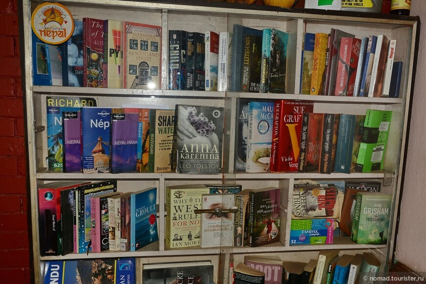 """""""Библиотека"""" в кафешке (видимо, там и жилье какое-то было). Обратите внимание на книгу в центре.... )))"""