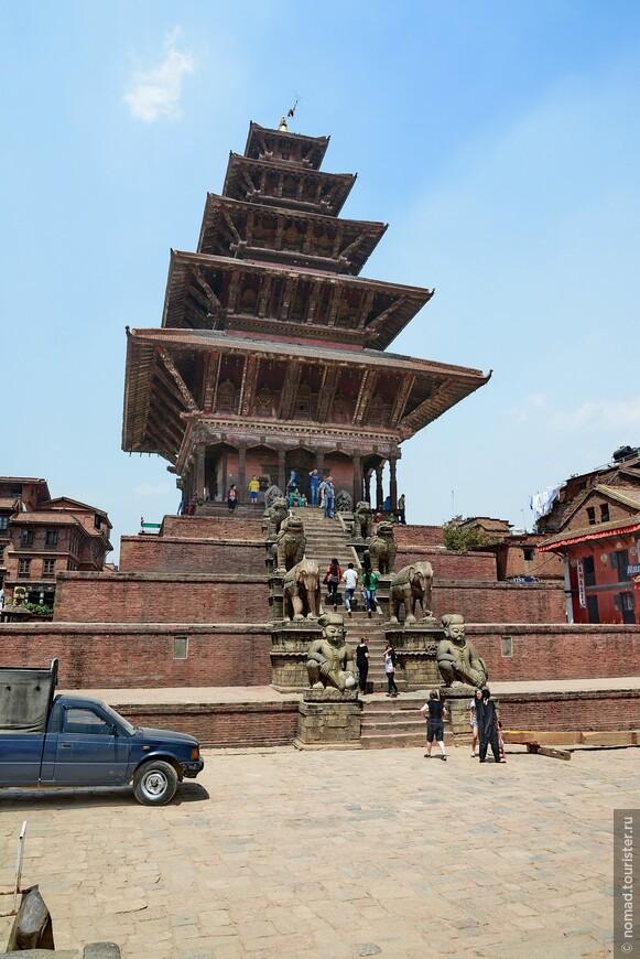 Площадь Таумадхи-Толе. Храм Ньятапола. Это вторая замечательная площадь Бхактапура. Здесь находится храм Ньятапола, самый высокий храм в долине. Пятиэтажный, 30 м высоты храм не только самый высокий в Непале, но также один из самых лучших примеров традиционной неварской архитектуры.