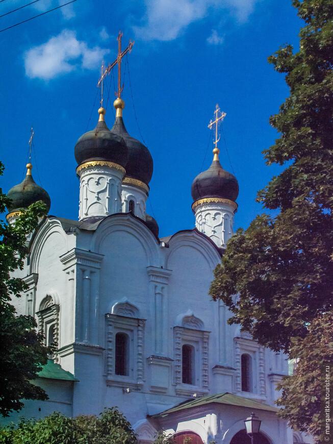 купола являются  идеальной путеводной звездой по дороге к монастырю. Храм Святого Равноапостольного Князя Владимира в Старых Садах