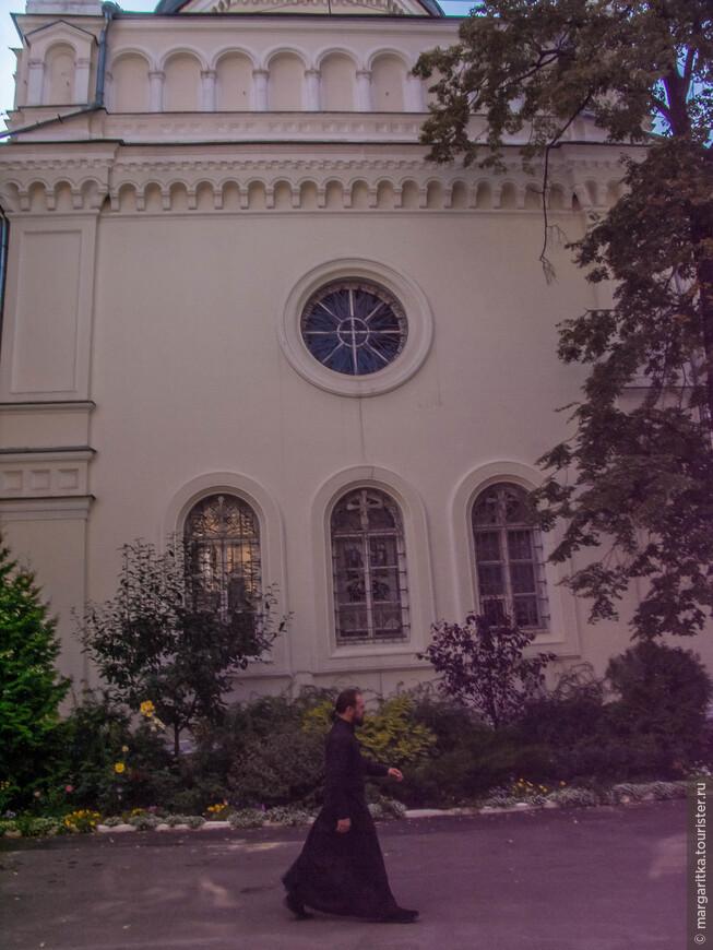 Старый собор Иоанновского монастыря был построен одним из итальянских мастеров, работавших в Москве в 1510-1530е годы. Это был бесстолпный одноглавый храм, с тремя сильно выдвинутыми к востоку апсидами. Старый собор разобран в 1859 году. В начале 1640-х годов монастырский собор был перестроен и значительно увеличен. К храму первой трети XVI века с запада пристроили трапезную с приделом святителя Николая Чудотворца. Её строительство было окончено к 1642 году. Тогда же возвели каменную колокольню, на которую повесили колокол, отлитый по повелению царя Михаила Федоровича.