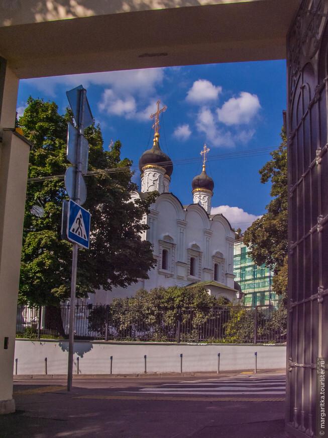 вид из ворот монастыря на Храм Святого Равноапостольного Князя Владимира в Старых Садах, что располагается аккурат напротив
