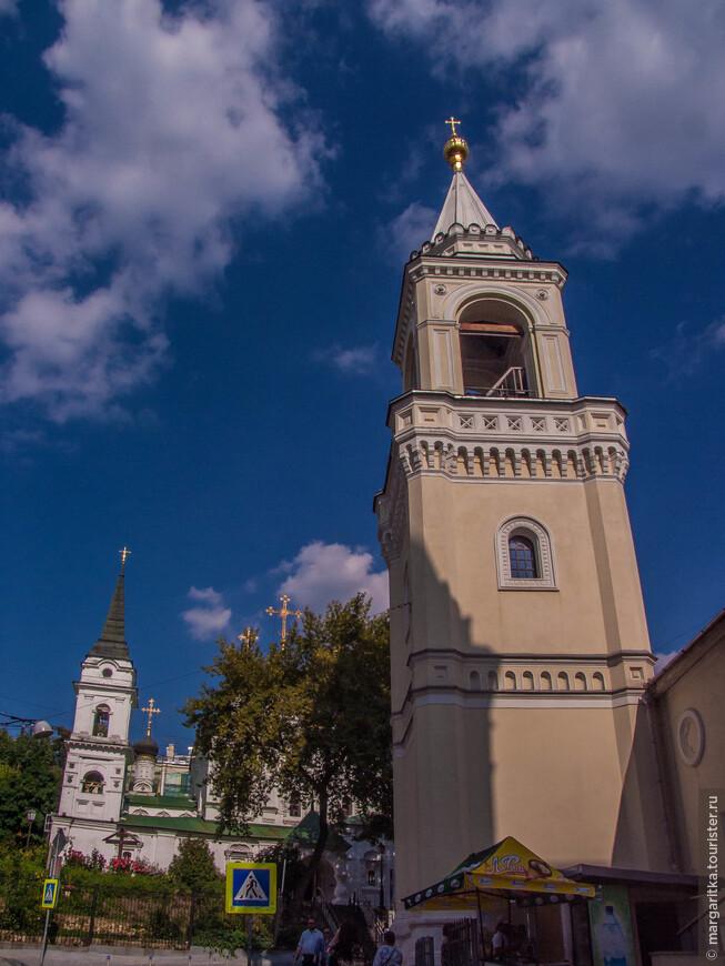 вид одной из  башен монастыря на Ивановской горке и соседнего Храма Святого Равноапостольного Князя Владимира