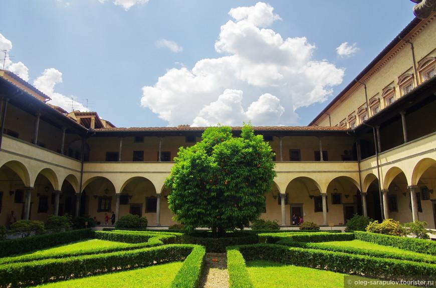 Внутренний дворик Базилики Сан Лоренцо