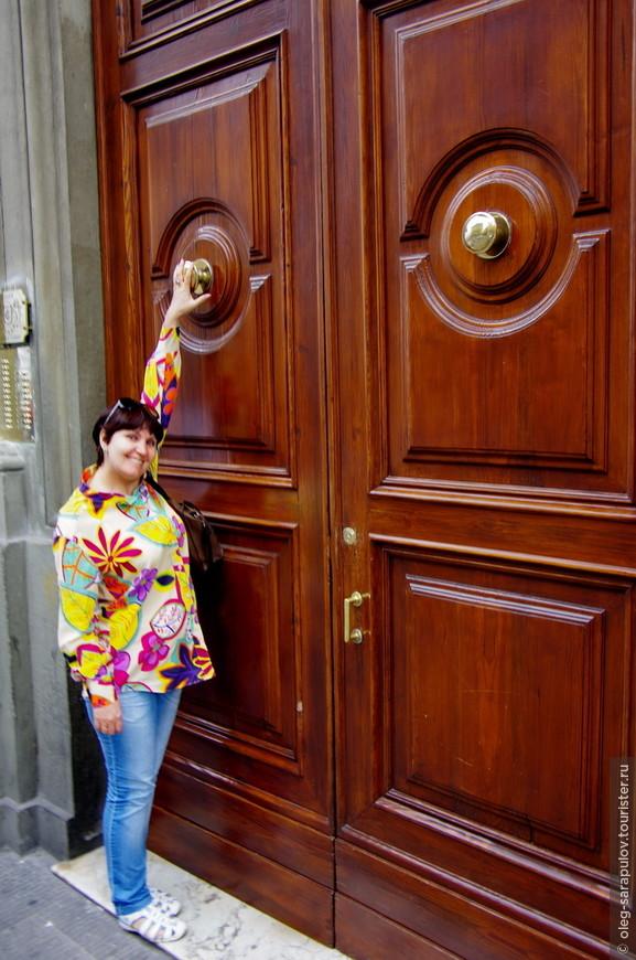 Рядом с входом в палаццо любой может почувствовать себя лилипутом :)
