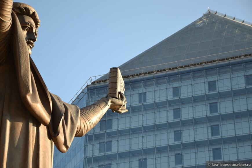Национальная библиотека Беларуси входит в ТОП-50 самых «необычных зданий мира». По версии сайта «Village of Joy», оценивающего самые удивительные, интересные, фантастические и непонятные вещи в мире, среди самых смелых архитектурных проектов значатся и национальный стадион в Пекине, и казино в Лас-Вегасе, и высочайшая башня в Барселоне. Все эти грандиозные сооружения обошла Национальная библиотека Беларуси, занявшая 24-е место.