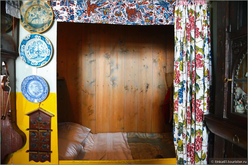 Вот такие  с позволения сказать кровати были в Голландии в старину.