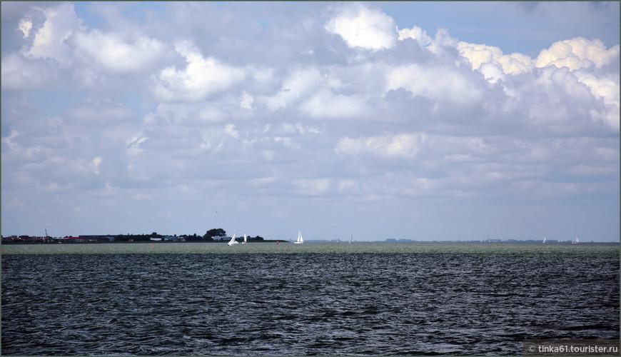 Интересно, что вода в заливе между Волендамом и Маркеном отличается по цвету.