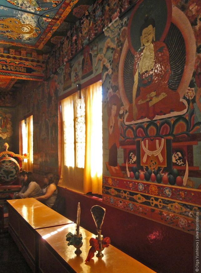 Небольшой буддийский монастырь недалеко от Румтека, до которого нужно добираться по просёлочной лесной дороге... Местным буддийским культурным и религиозным ценностям нужно посвящать отдельный альбом )))