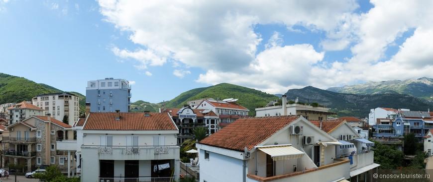 Вид с балкона, хочу заметить что лучше брать номера или квартиры с видом на горы! Иначе вы просто не уснете по ночам из за тусовок и веселья)))