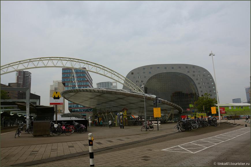 Станция Rotterdam Blaak  рядом с кубическими домами. На одной площади можно увидеть  сразу несколько футуристических зданий.