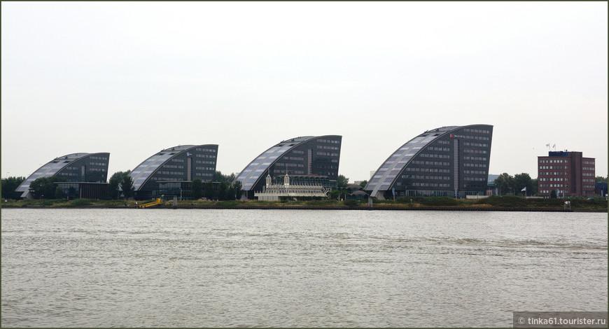 В окрестностях Роттердама тоже встречаются необычные архитектурные  решения.