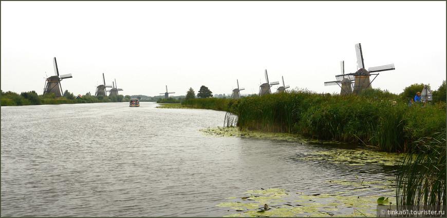 Край ветряных мельниц Киндердейк. Экскурсионные кораблики отправляются в центральной набережной Роттердама. Все удовольствие стоит 15 евро и длится часа три.