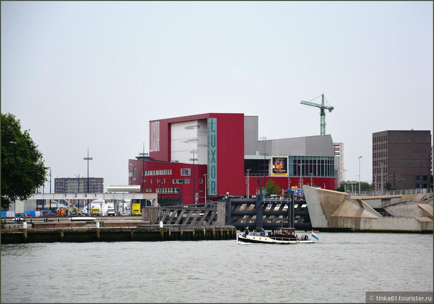 Театр Луксор появился здесь в 2001 году.