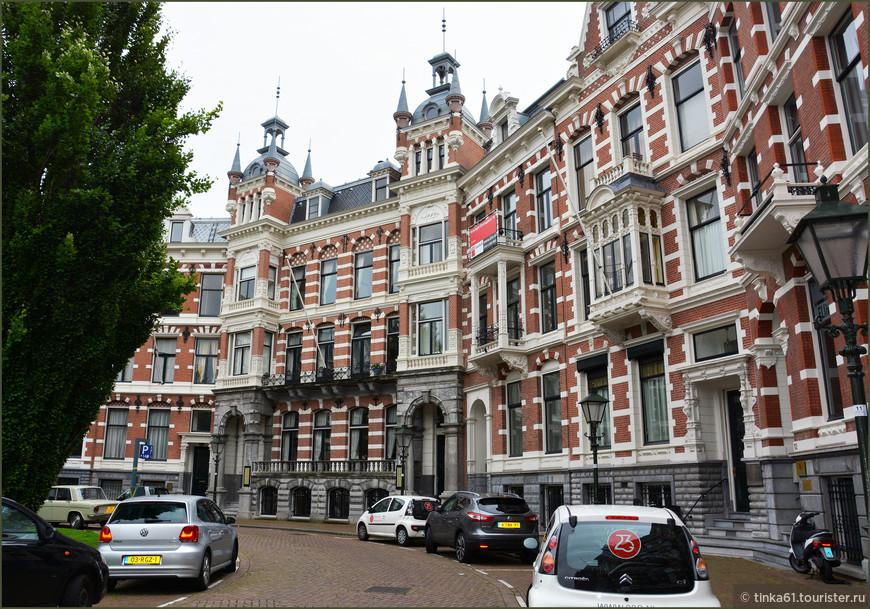 И такие типичные голландские здания-дворцы.