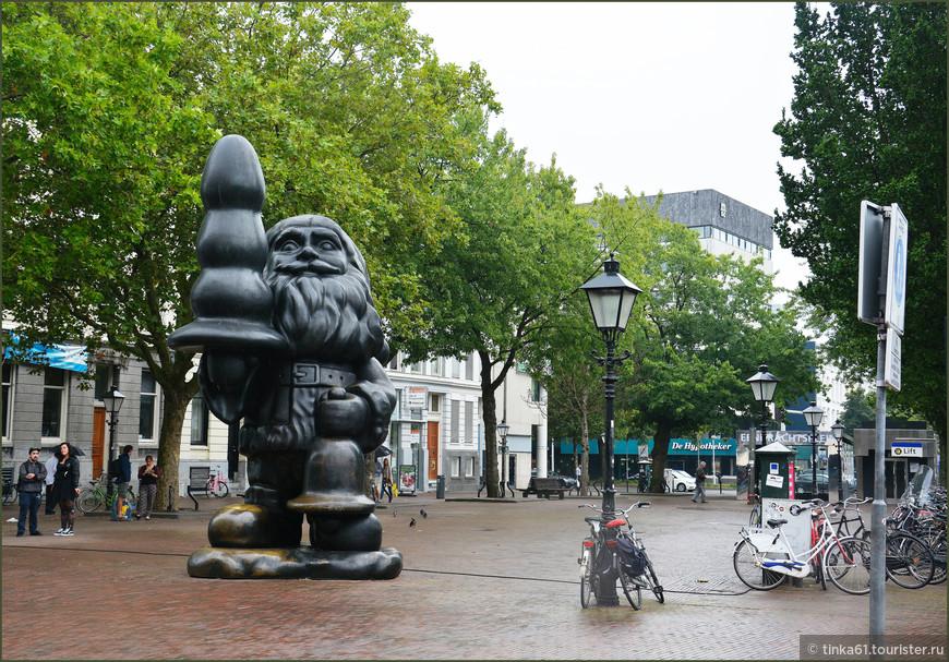 Скульптура Деда Мороза в центре города. Что у него в руке - каждый придумывает сам.
