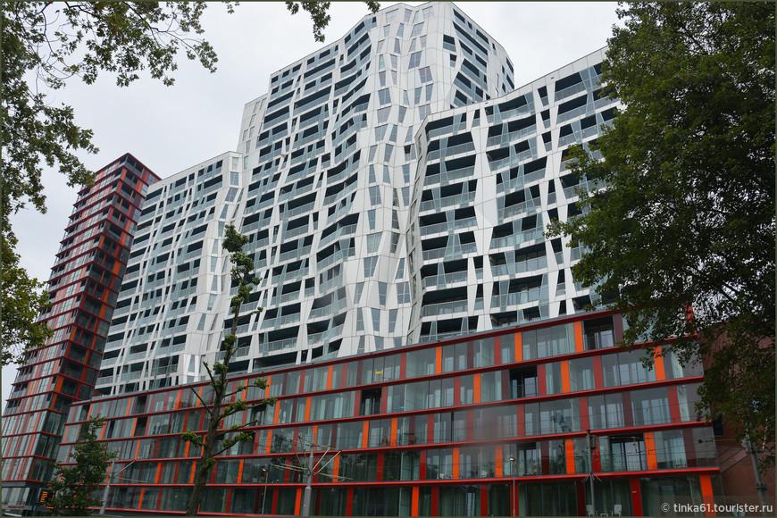 Еще  необычные здания волнистой формы.