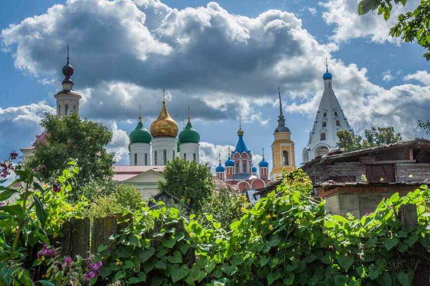 вид на Коломненский кремль и  Новоголутвин мон со дворов при реке Оке