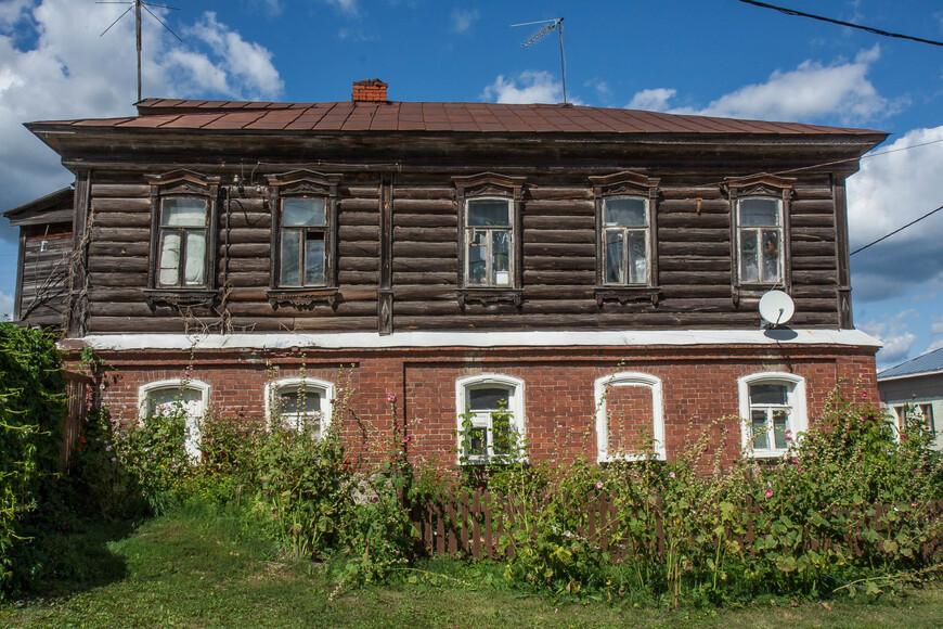 типичная застройка для русской глубинки, когда первый этаж был каменный, а второй, что выполнял роль жилого складывался из бревен
