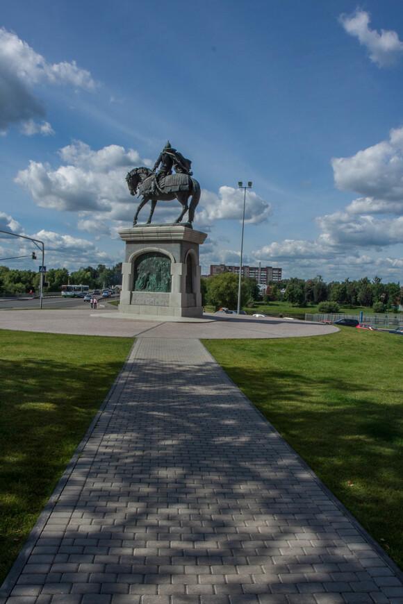 Памятник Дмитрию Донскому с видом на ул. Октябрьской революции и мост через реку Коломенку