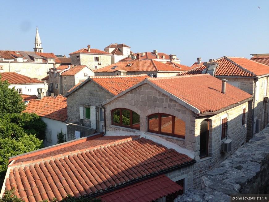 Во всей Черногрии практически только такие крыши из натуральной черепицы, не важно новое это сдание или нет (хотя бывают и исключения)! Конкретно это старый город в Будве