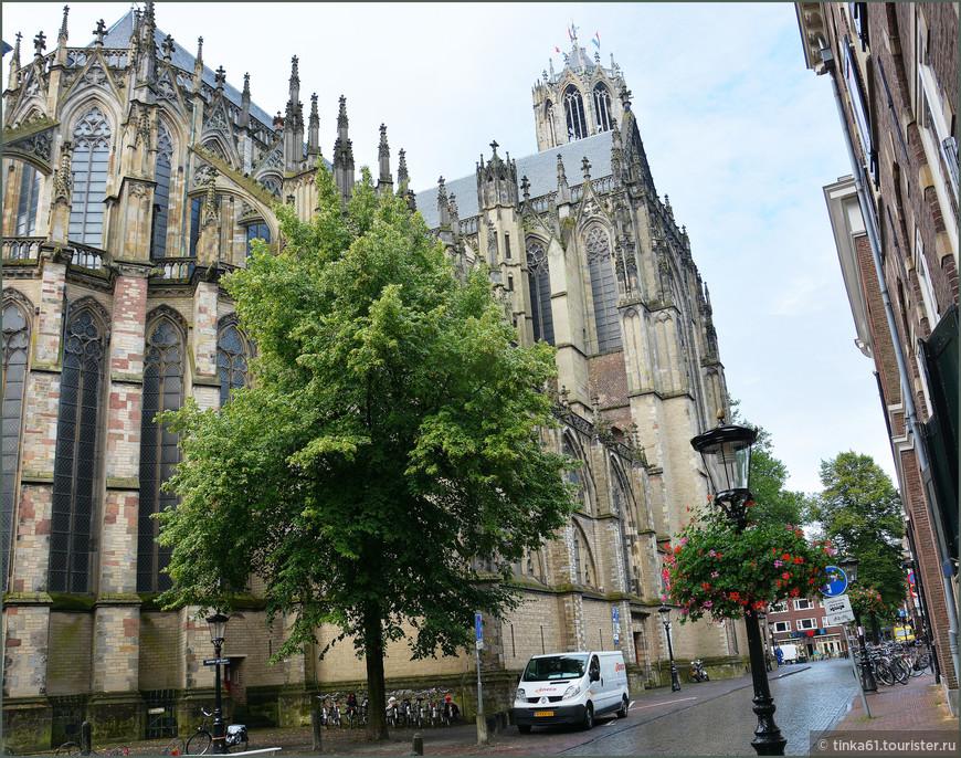 """Главный собор города (Дом) строился в 1254-1517 гг., и является одним из ярчайших памятников нидерландской готики. Благодаря ему Утрехт получил прозвище """"Домстад""""."""