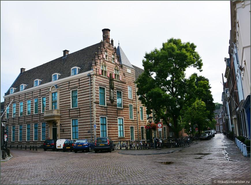 Папский Дом - старейшее историческое здание Утрехта.