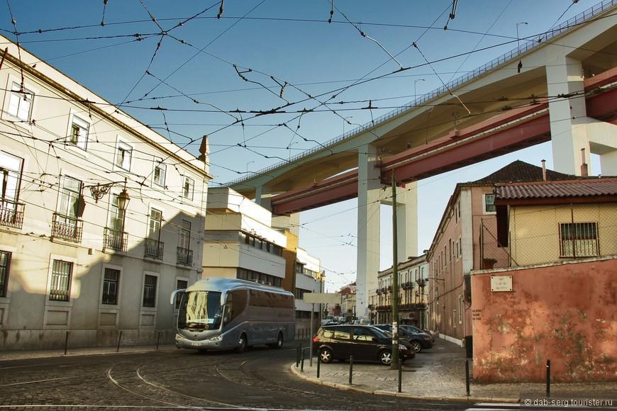 """Мост """"25 Апреля"""". Начинается далеко в городе, выглядит внушительно"""