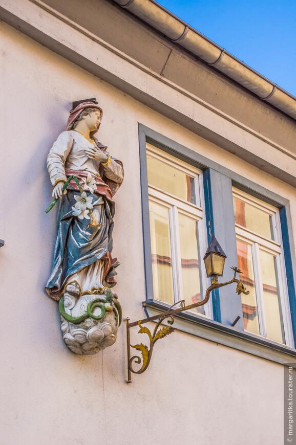 скульптуры с изображениями святых на углах домов - типичное явление в Европейских городках с богатой историей