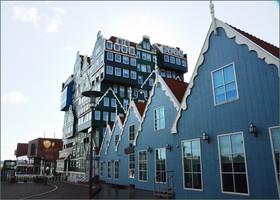 Прямо у вокзала  вырос целый квартал в необычном старо-новом голландском стиле. Квартал называется Инвердан и состоит из отеля, магазинов и развлекательных центров.  Смотрится очень оригинально.