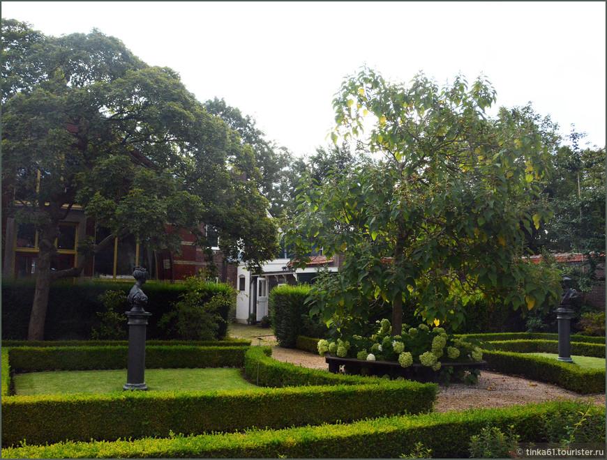 Внутренний садик за музеем.