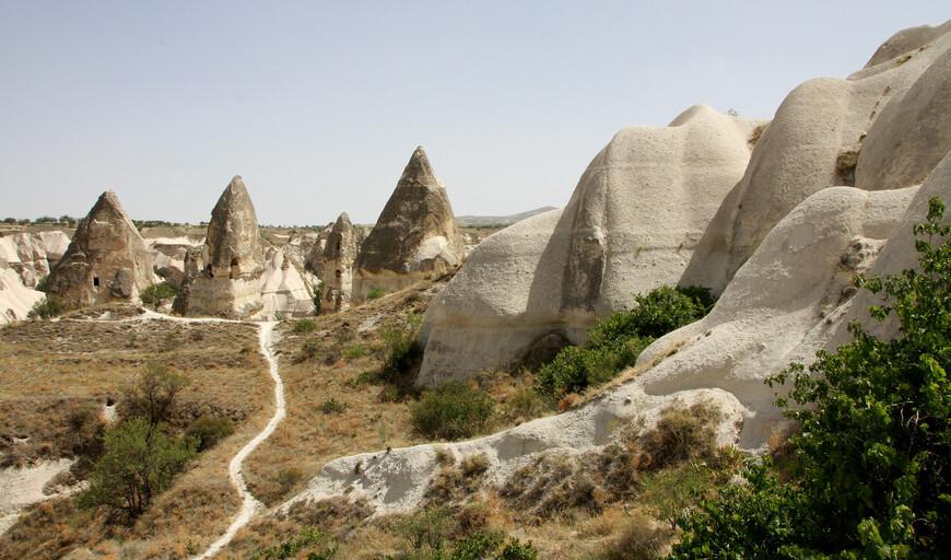 Именно таким образом были образованы знаменитые «каменные столбы» перибаджалары — останцы в виде каменных грибов и каменных столбов причудливых форм и очертаний. Геологический разрез этих образований выглядит следующим образом: наверху расположены базальты и андезиты