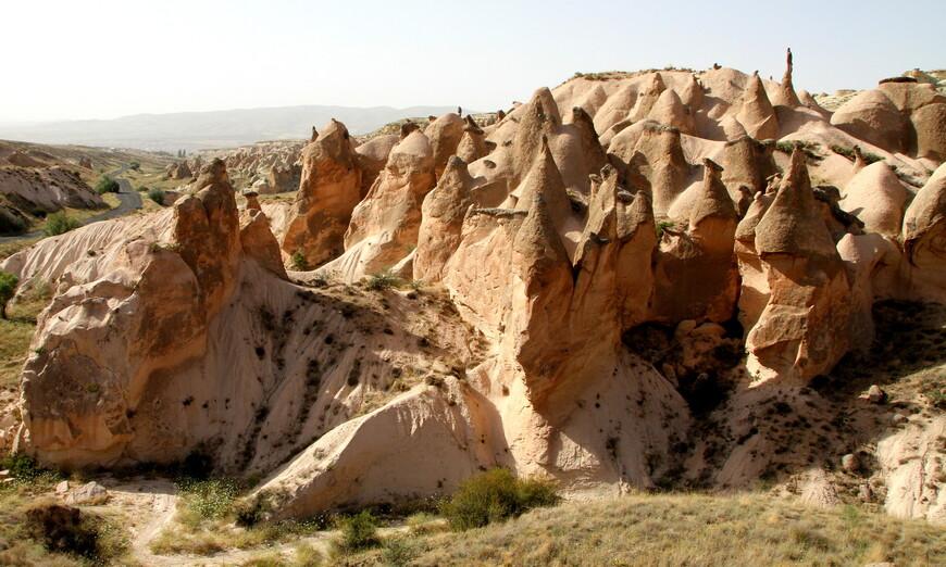 В период образования гор, в частности хребта Тавр, в средней Анатолии, частью которой является Каппадокия, образовались разломы глубинного заложения. Магма, изливаясь на поверхность, образовывала вулканы, таким образом, параллельно Тавру появилась линия новых вулканов (Эрджиес, Девели, Мелендиз, Кейчибойдуран, Хасан и Гюллюдаг). Пик активности этих вулканов пришёлся на период позднего миоцена.