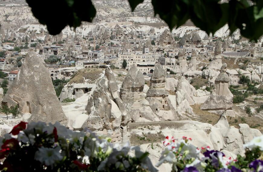 Характеризуется чрезвычайно интересным ландшафтом вулканического происхождения, подземными городами, созданными в 1 тыс. до н. э. и обширными пещерными монастырями, ведущими свою историю со времён ранних христиан. Национальный парк Гёреме и пещерные поселения Каппадокии входят в список Всемирного наследия ЮНЕСКО.