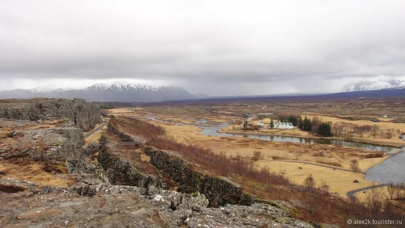 Маленькие белые домики,- дача Президента Исландии.