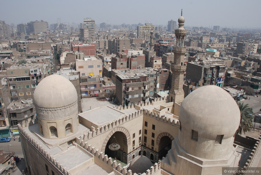 Мечеть Ибн-Тулуна. является второй по древности в Каире. изображена на купюре 5 фунтов. одна из нескольких в мире с витым минаретом