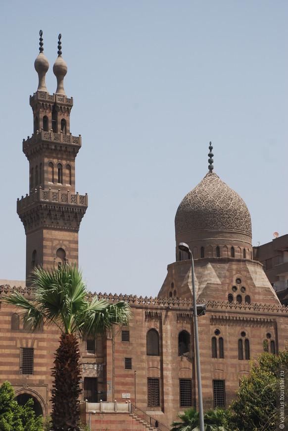 название мечети не помню, понравился двойной минарет. мечеть находится рядом с мечетями  ар-Рифаи и султана Хасана