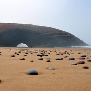 Арка, пляж, туман