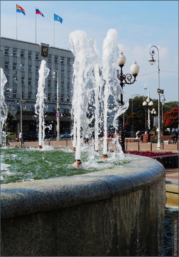 """Здание администрации (""""...и до сих пор у нас слуги народа, лучше хозяев живут...""""), фонтаны...."""