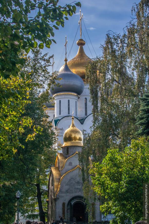В центре обители возвышается пятиглавый Смоленский собор, сооруженный в 1525 году по подобию Успенского собора в Кремле. В храме сохранился 5-ярусный резной позолоченный иконостас, выполненный мастерами Оружейной палаты.