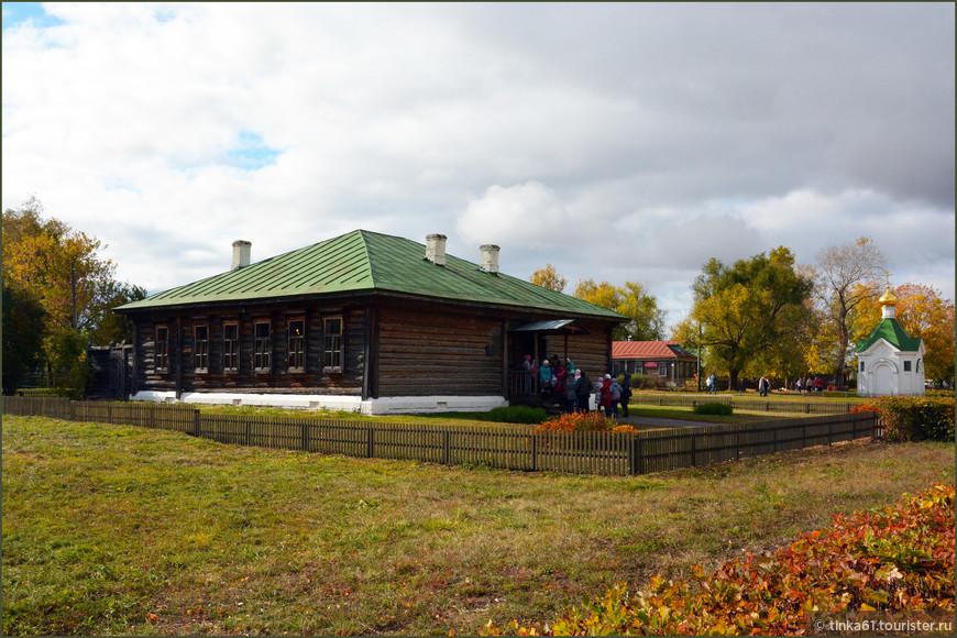 Сельская школа, где учился поэт.