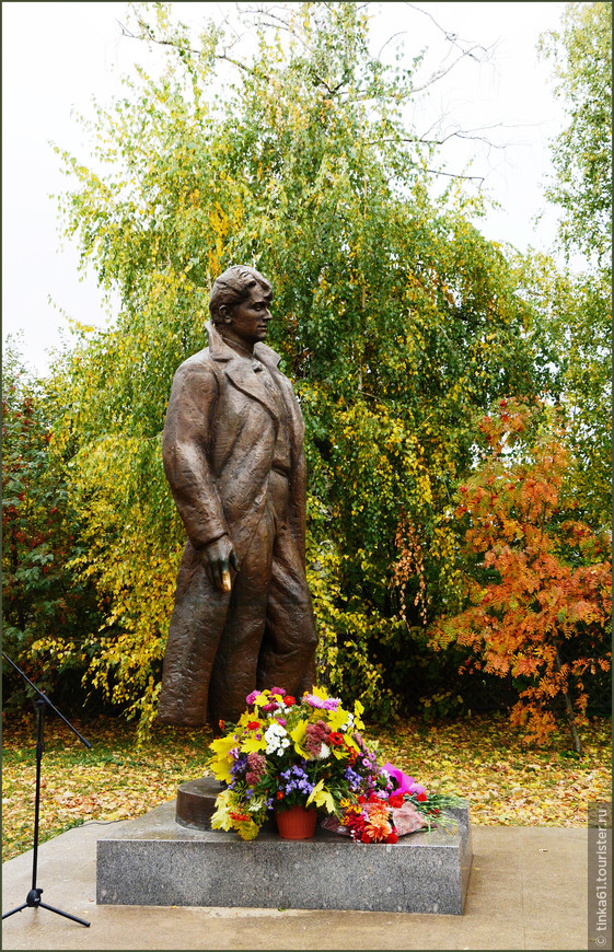 Памятник поэту.