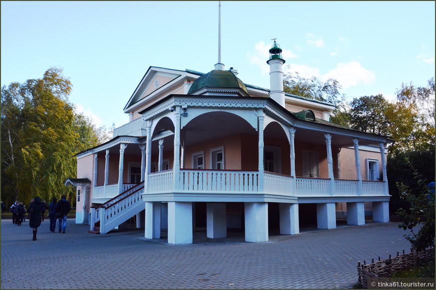 Дом-музей помещицы Кашиной, прототипа Анны Снегиной. Этот дом стал героем есенинских строк: «Дом с мезонином немного присел на фасад.Волнующе пахнет жасмином плетнёвый его палисад».