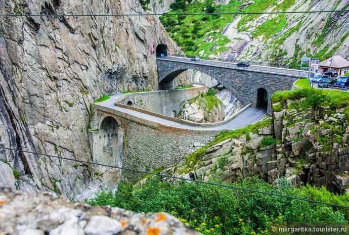 Первый каменный мост был перекинут через ущелье Рёйс в 1595 году. Он представлял собой узкую каменную арку длиной около 25 метров, переброшенную над ущельем на высоте 22 — 23 метра над бурным грохочущим потоком..Часть той старинной кладки сегодня схоранилась в основании пешеходного моста