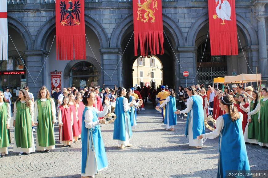 Процессия в первый день называется Corteo delle dame. Я сначала решила, что эти танцующие девушки и есть те самые дамы, в честь которых назван парад.