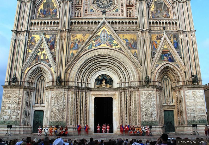 После мессы открывают главные двери и из собора выходят герои праздника