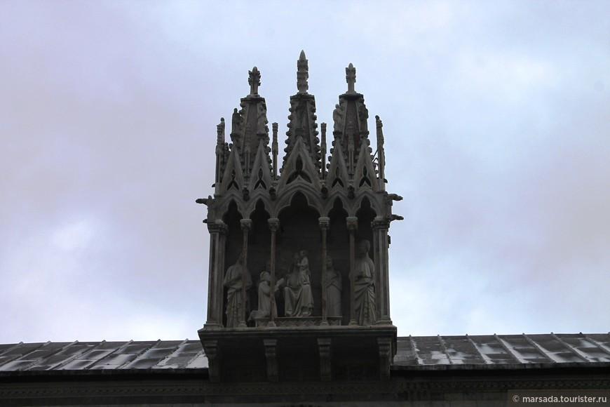 Да, на площади есть еще монументальное кладбище, вход в которое венчает вот такая скульптура.