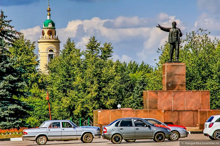 Площадь Ленина. Ильич на фоне колокольни храма Вознесения Христова