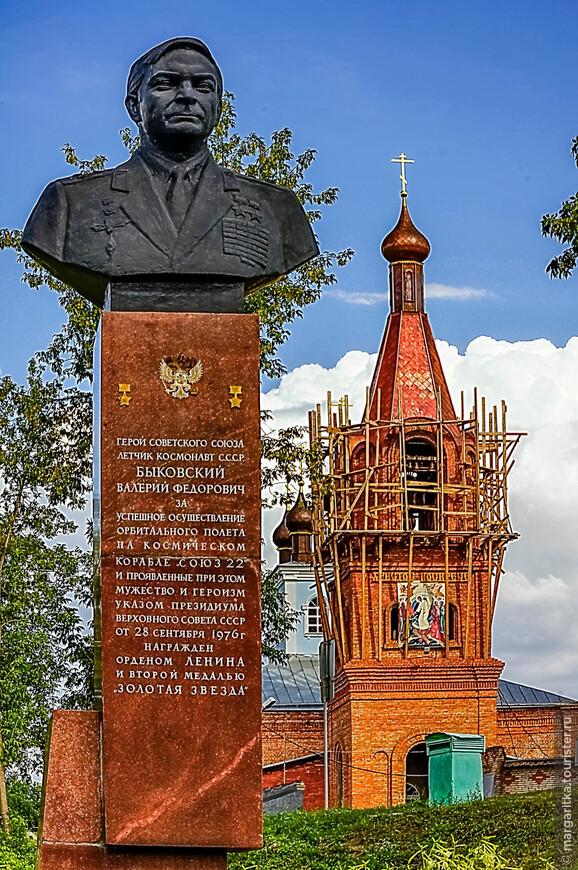 памятник- Бюст  летчику- космонавта В. Ф. Быковскогму, уроженцу города. Около здания КБО «Алёнушка». Установлен 14 июня 1983 года.