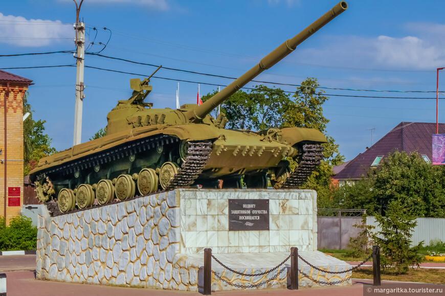 Танк Т-64, на постаменте. Табличка на постаменте: «Подвигу защитников отечества посвящается». Установлен в 2004 году напротив военкомата.